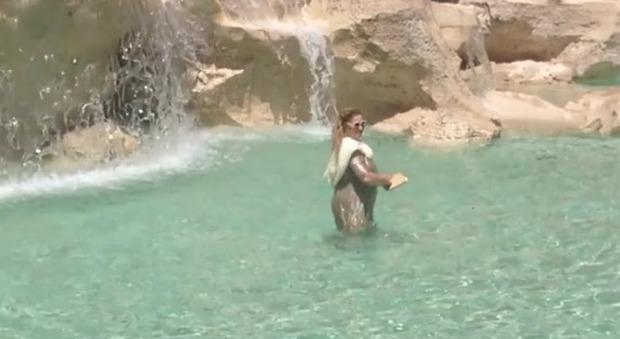 Bagno Nella Fontana Di Trevi.Roma Turista Si Fa Il Bagno Nella Fontana Di Trevi Come