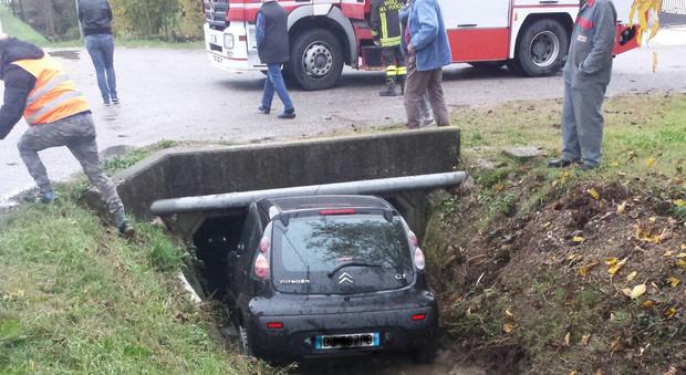 L'auto va fuori strada e si incastra sotto il ponte