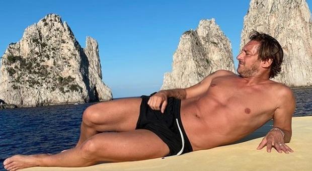 Francesco Totti e la foto in costume ai faraglioni. I fan notano un dettaglio: «Che significa?»