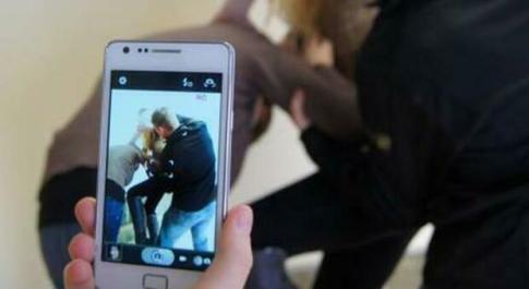 Firenze, minorenni picchiano una 13enne e mettono il video su social e gruppi WhatsApp: denunciati