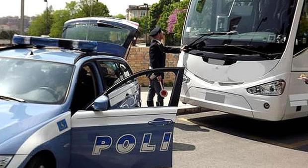 Eur, gang i sudamericani assalta ancora un bus turistico con le pistole in pugno