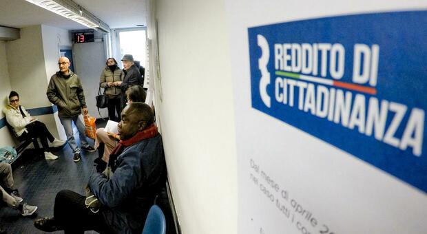 Rimini, vince oltre 2 milioni al gioco ma percepisce il reddito di cittadinanza per 3 anni: denunciato