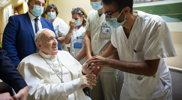 Papa Francesco rimane ricoverato al Gemelli, il portavoce: «Ha gioito per l'Italia e l'Argentina»