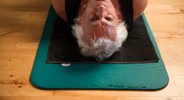 Ginnastica in casa per gli anziani, i geriatri: «Servono una sedia, un muro e due bottigliette d'acqua»