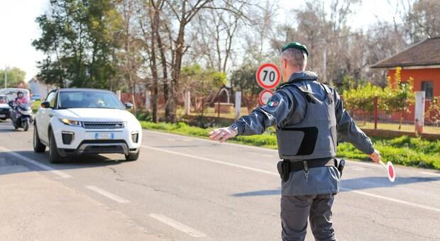 Spende banconote false da 100 euro, sorpreso e arrestato