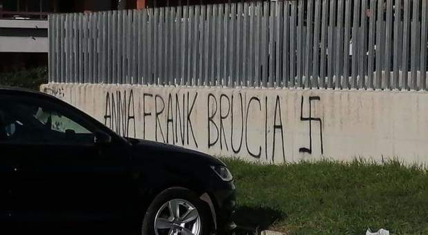 Pomezia, scritte antisemite davanti a due scuole: «Calpesta l'ebreo»