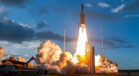 Ariane 5 porta in volo Eutelsat Quantum, il satellite del futuro. E il 16 agosto tocca al razzo Vega