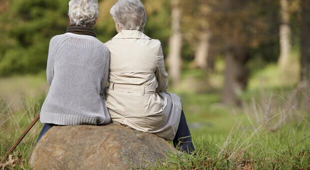 Covid, visite agli anziani nelle Rsa: «Riaprire. I nostri nonni hanno bisogno di affetto». Le proposte dell'Orsan