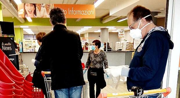 Botte e schiaffi al supermercato per la mascherina abbassata: cassiere e cliente finiscono all'ospedale