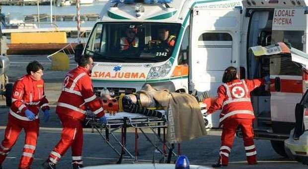 L'arrivo in porto di uno dei pescatori gravemente feriti (foto De Marco)