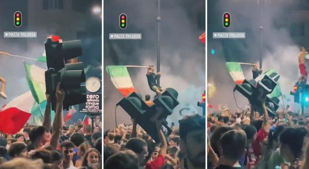 Roma, atti di vandalismo per l'Italia campione: semafaro divelto a Trastevere e alzato al cielo come una coppa