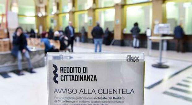 Milano, reddito di cittadinanza grazie ai documenti falsi: maxi indagine alle Poste con 50 indagati