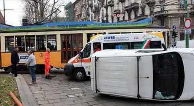 Urto fra due tram in piazza Cordusio: paura nel cuore di Milano