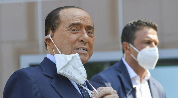 Berlusconi, nuovo tampone positivo al Covid: è in isolamento. Il virologo: «È asintomatico»