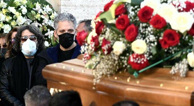 Coccoluto, a Roma i funerali del dj: l'addio con la sua musica e palloncini bianchi