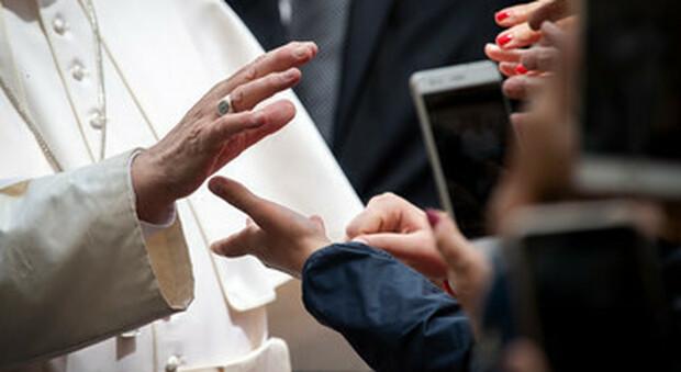 Papa Francesco, la nuova enciclica discrimina le donne già dal titolo «Fratelli Tutti». Critiche violentissime
