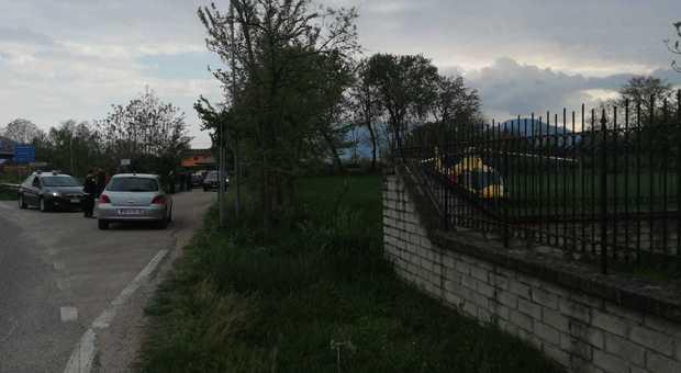 Bimbo di due anni trovato morto in strada, dinamica non chiara: indagano i carabinieri