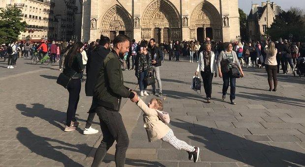 Notre Dame, 200.000 like per la foto della bimba che gioca prima della tragedia: ecco perché