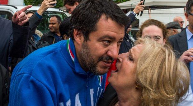 Matteo Salvini, durante un selfie con Sergio Tommasini, candidato del centrodestra a Sanremo