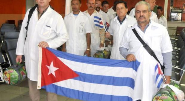 Coronavirus, da Cuba in aiuto alla Lombardia 52 medici con la foto di Fidel. «Siamo nervosi, ma pronti»