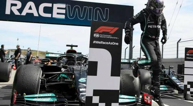 Lewis Hamilton esce dalla Mercedes dopo aver dominato il Gran Premio a Portimao