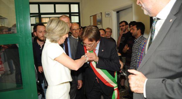 Il baciamano del sindaco al ministro Giannini (Foto Vitturini)