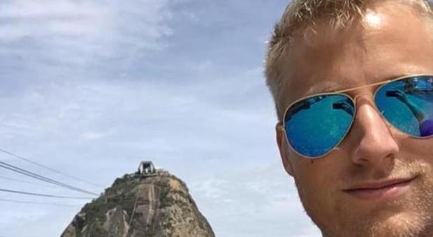 Monaco, sbircia l'sms di un 13enne in metro: salva il bambino dal pedofilo