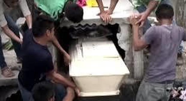 """Honduras, sente grida dalla tomba e diseppellisce la bara della fidanzata: """"Voleva liberarsi"""""""