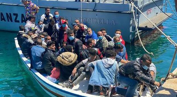 Lampedusa, incessanti gli sbarchi di migranti: oggi altre 102 persone. Hotspot al collasso