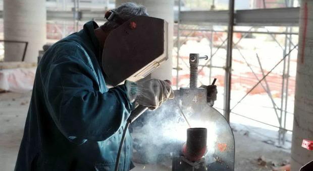 Lavoro Saldatori E Operai Metalmeccacini Cercansi