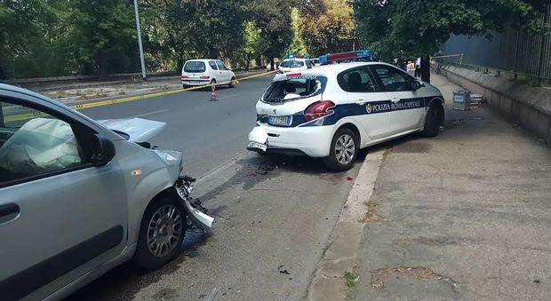 L'auto dei vigili travolta da un'altra vettura