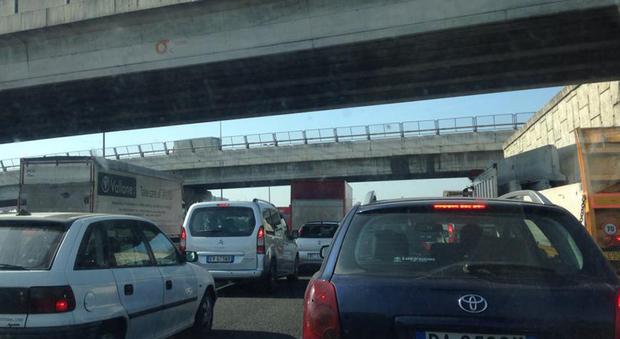 Roma, tir perde il controllo e blocca l'Aurelia: strada chiusa verso Civitavecchia