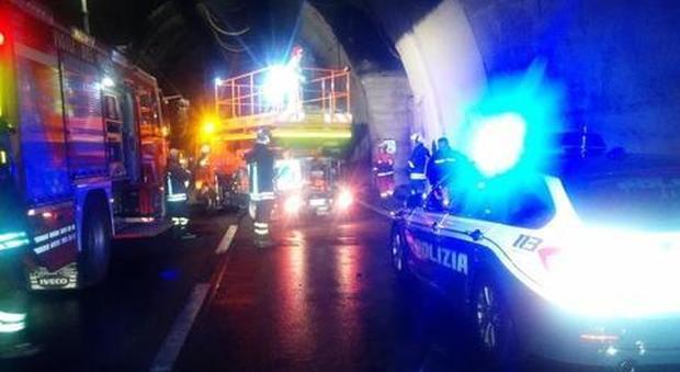 A24, paura in galleria: auto in fiamme blocca il traforo del Gran Sasso in direzione di Roma
