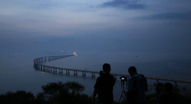 VIDEO Hong Kong: apre il ponte sul mare più lungo del mondo