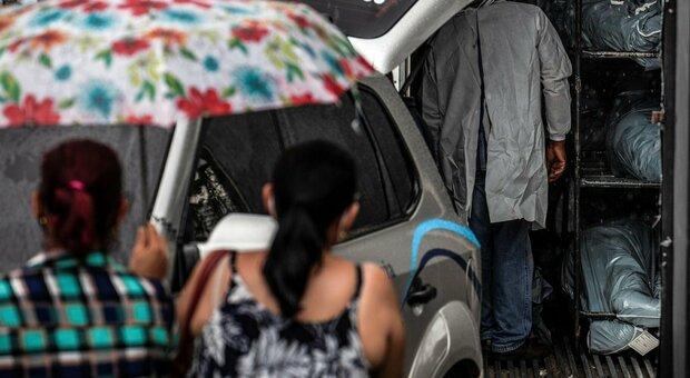 Covid, variante brasiliana pericolosa: Paese allo stremo, allarme efficacia vaccini