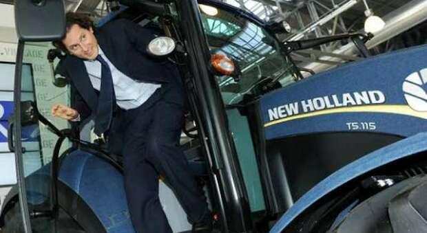 John Elkann su un trattore New Holland della CNH