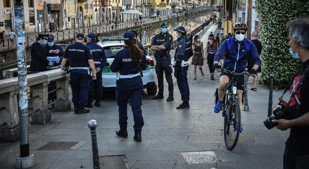 Milano, folla ai Navigli diventa un caso. Spiegamento di forze anti furbi
