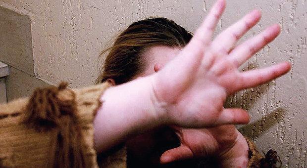 Si abbassa i pantaloni e chiede di far sesso a tre ragazze in strada: denunciato