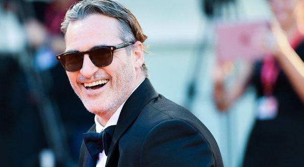Joker ride e commuove Venezia. Joaquin Phoenix confessa: «Pensavo di non farcela»