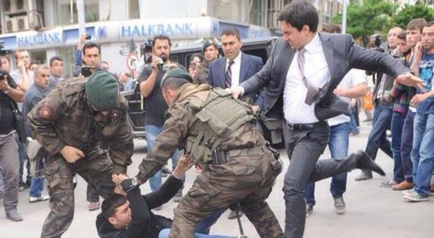 Turchia, strage in miniera: 282 morti, oltre 120 intrappolati. Scontri e contestazioni. Erdogan rifiuta aiuti: normale incidente