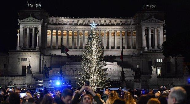 Roma inaugurato l albero di piazza venezia sfere e km di luci