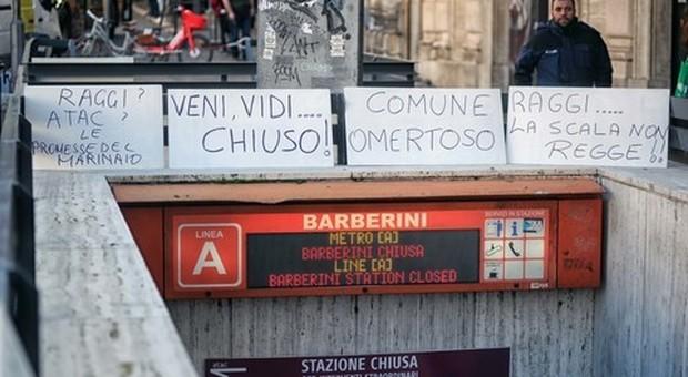 Metro Barberini, flash mob di commercianti: «Da Raggi e Atac promesse da marinaio»
