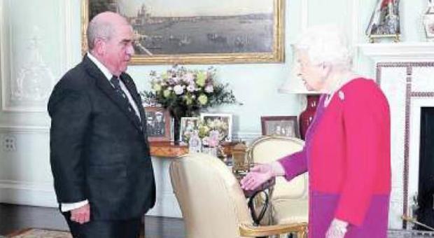 """Coronavirus, la """"leggerezza"""" di Londra fa paura: la Regina si toglie i guanti e stringe le mani"""