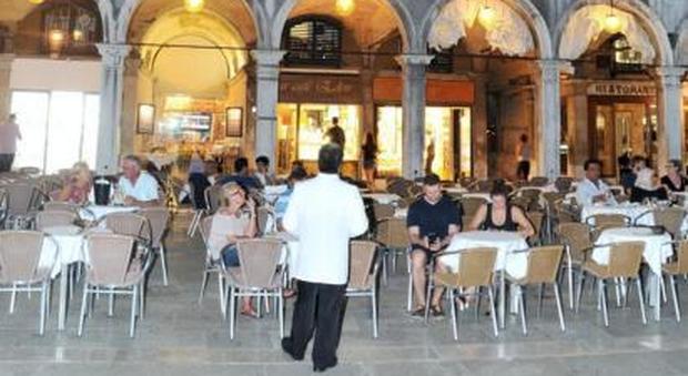 Venezia, picnic sui tavoli del caffè, rissa a piazza San Marco: famiglia pesta cameriere