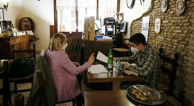 Nuovo decreto, ipotesi ristoranti aperti a pranzo: misure da zona gialla dove i contagi sono più bassi