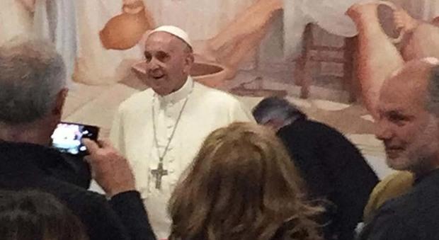 Francesco a sorpresa ai 70 anni del vescovo di Albano: «Vi ho fatto uno scherzo da Papa»