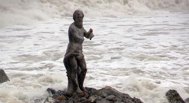Maltempo a Roma, Nettuno perde il suo tridente tra le onde