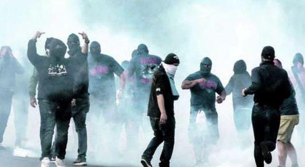 Sul derby di Roma ancora sangue, scontri e accoltellati fuori dallo stadio