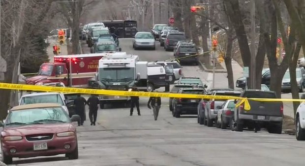 Strage nella fabbrica di birra: operaio licenziato ammazza 6 persone prima di uccidersi a Milwaukee Video