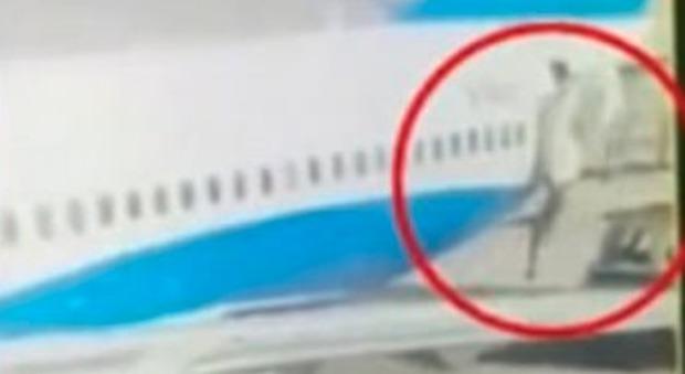 Cina, hostess precipita dall'aereo: frattura alla colonna vertebrale